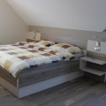 postelja nocna omarica